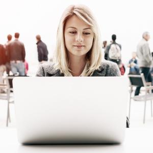 donna al computer