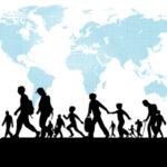 persone che camminano e in sfondo un mappamondo, migrazioni