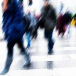 popolazione italiana: pedoni che attraversano strada in varie direzioni