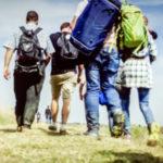 stranieri con aino che camminano di spalle