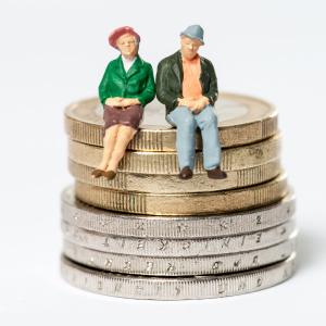 sistema pensionistico: anziani seduti su monete