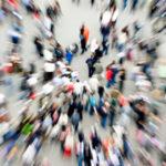 pil pro capite : foto dall'alto di persone che camminano