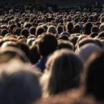 questione demografica folla con migliaia di persone