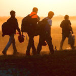 flussi migratori dall' affrica immagine profughi in cammino