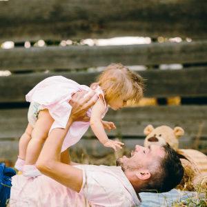 padre che gioca con figlia