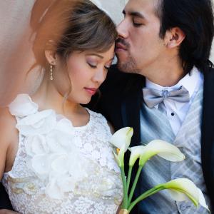 foto che mostra una coppia che si sposa. Matrimonio misto