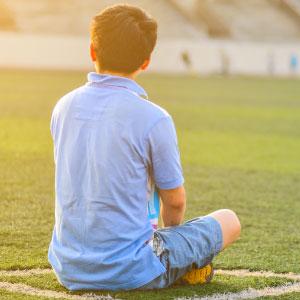 ragazzi stranieri e sport - campo calcio con ragazzo