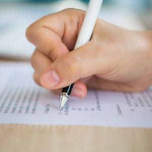 mano con penna e form sussidi di disoccupazione
